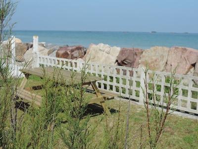 Table pique nique sur  terrasse avec belle vue sur mer