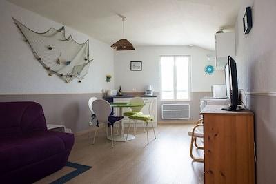 Cuisine équipée, salon couchage canapé BZ, Vue sur la mer.