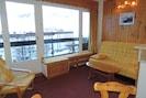 Coin salon avec clic-clac et balcon
