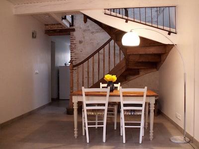 Le séjour, clair et spacieux, allie modernité et authenticité.