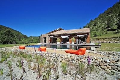 Ciel bleu, piscine naturelle alimentée à l'eau de source, au coeur de la nature