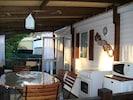 terrasse extérieure équipée de gazinière et frigidaire.