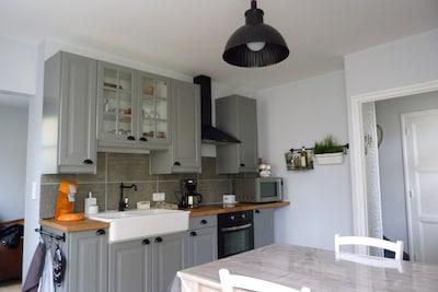 Cuisine aménagée et équipée (Fonds de maison et vaisselle pour 6 personnes)