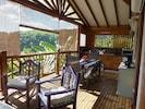 Terrasse avec coin cuisine, salle à manger et salon
