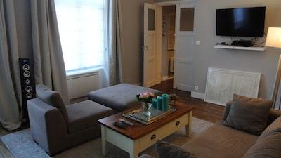 Salon avec Tv, lecteur DVD et station HIFI