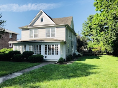 Perfect location for walking to restaurants, shopping and the Greenbrier.