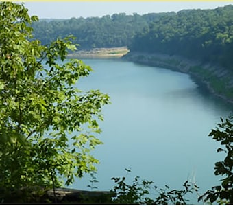 Beautiful Lake - boat rentals nearby! Boat storage at the resort!