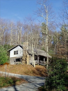 Cabinfever- Spacious 4BR/2BA log cabin.  Secluded yet close to everything!!
