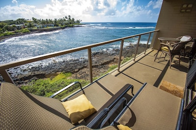 Extra-large lanai. 2 loungers, tall bistro, extra table and chairs. So relaxing.