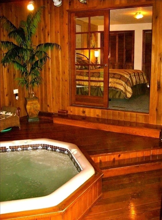 Indoor Hot Tub Ocean View 2 5 Blocks To Beach Fireplace Pets Welcome Tolovana Park