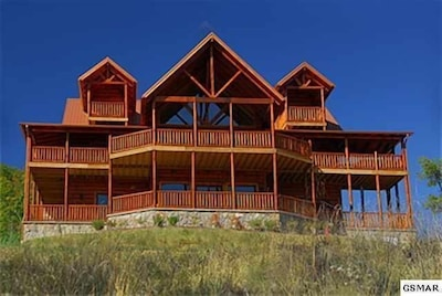 Beautiful large 7 BR/9 Bath with very few close neighbors! Mt. Leconte Views!!