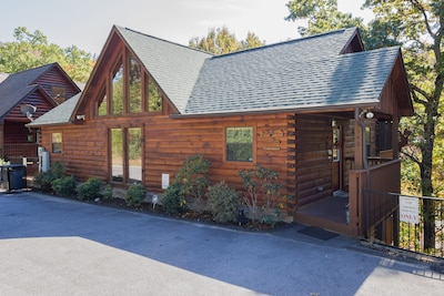 A Beary Good Time... An upscale cabin with a beautiful wooded view/flat parking.