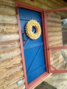 Mulberry Creek Cabin welcomes you! Nestled so close to Lynchburg yet so private!