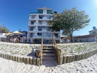 Prédio de Frente para a Praia  -  Chamado de Pé na Areia.