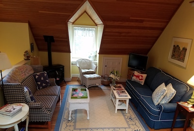 Living Room w/Gas fireplace, ceiling fan.