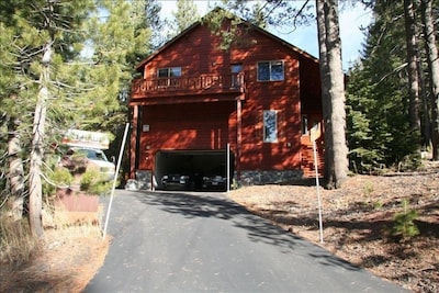 Modern Tahoe Donner Open Living Rm,Pool Table, Jacuzzi Tub, Lg Backyard