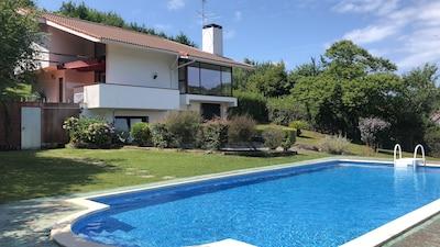 Villa entera con piscina y vistas impresionantes.