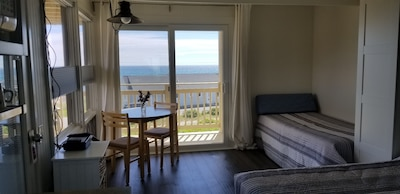 Perched on a ridge across the road from the beach. Front, 2nd flr unit - views!
