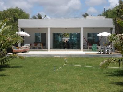 Confortável e aconchegante casa de praia à beira mar com piscina