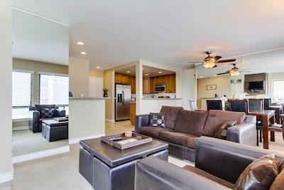 Living room with plenty of space - queen sleeper sofa.