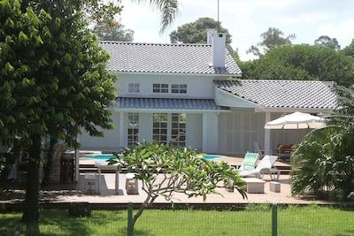 vista da frente da casa, deck, piscina