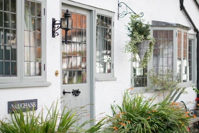Vaughans of Shere - Stunning central village apartment