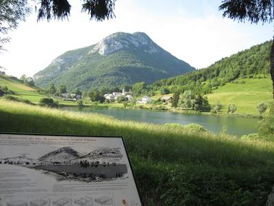 Le Lac vue de la berge opposée au gîte (5 cm à G du clocher soit 200m)...