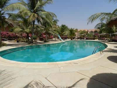 Belle piscine avec toboggan pour les enfants