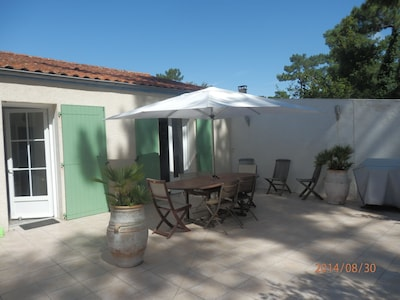 terrasse arrière avec mobilier de jardin, barbecue,..