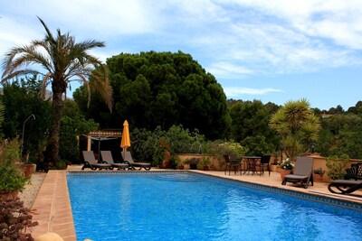 Hermosa villa privada con piscina en sus propios jardines plantados con árboles y con vistas