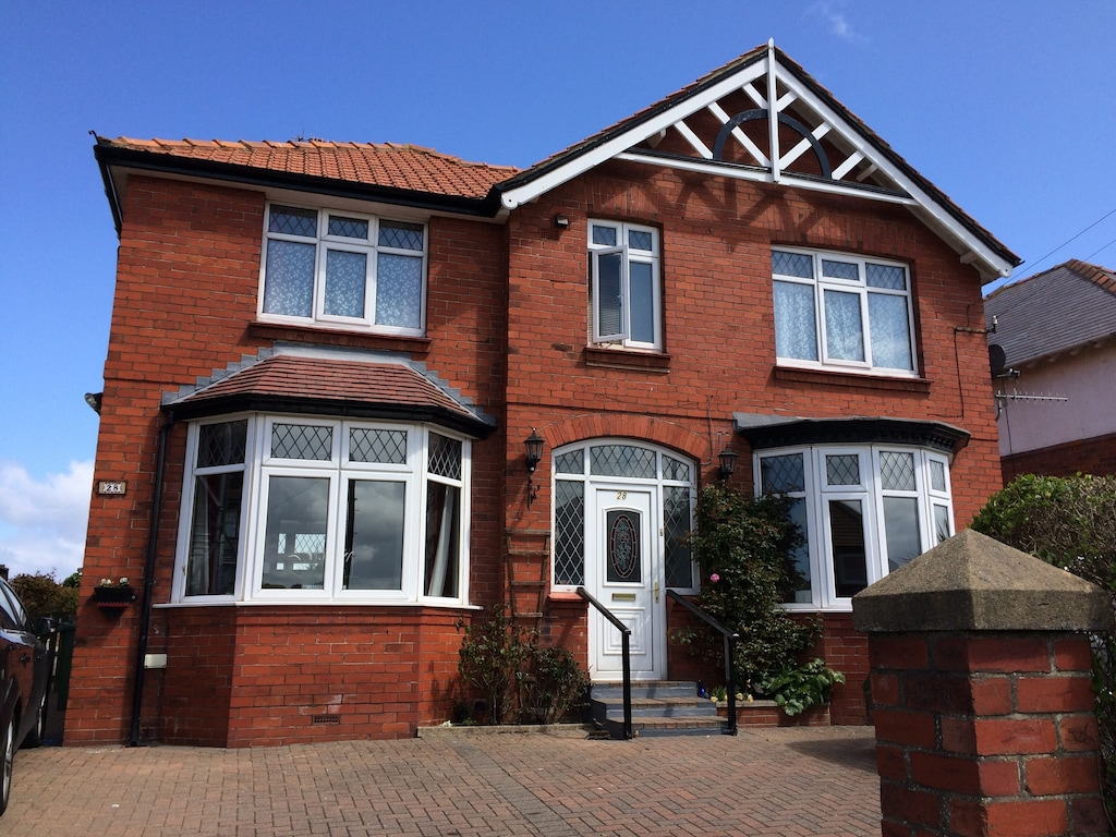Seamoor House 6 Bed 6 Bath With Sea Views Garden Parking Hot Tub And Sky Tv Whitby