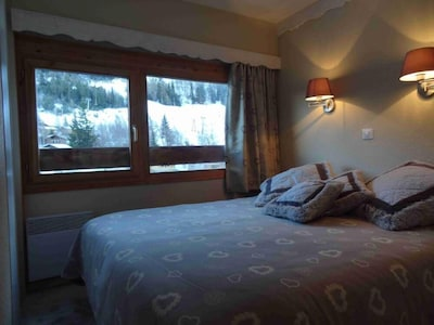 2 - Chambre parents - grand lit avec belle vue sur les pistes