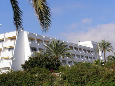 REDUCED  AUGUST Beach Apartment, AIRCON, WIFI, 3 min from the beach!