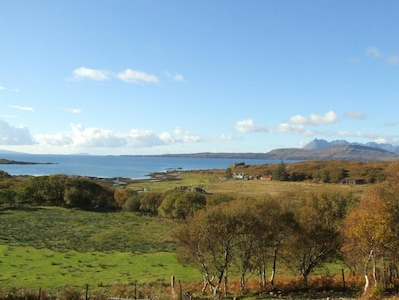 Ausblick vom Wohnzimmer auf Dun Scaith Castle, Loch Eishort und Cuillin Gebirge.