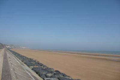 la plage  en face de la maison.  la Pointe de la Percée puis la Pointe du Hoc