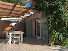 Terrasse avec voile d'ombrage sur pergola