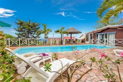 La piscine est complètement privée et destinée aux voyageurs.