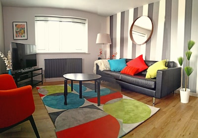 Light, bright and super chic apartment- great for family stay.