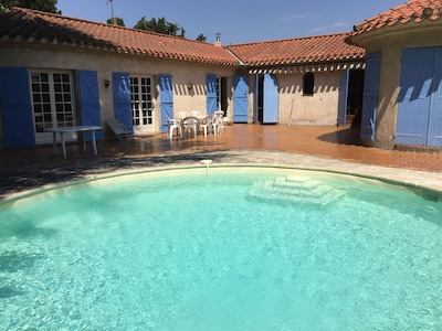 Grande terrasse et piscine ensoleillée