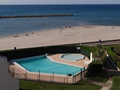 Vue sur la mer et la piscine depuis le balcon