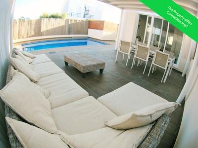 Moderna casa de vacaciones con piscina en Puerto Rey