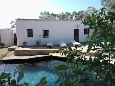 Antigua casa de labranza con piscina privada.