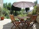 Terrasse des hôtes  en été, face au jardin (b)