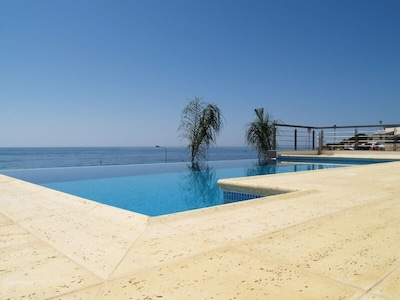 Blick auf die Poolterrasse & das Meer vom Haupt-SZ
