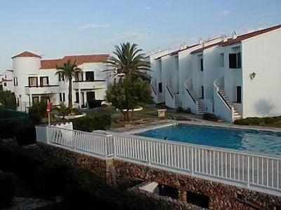 Precioso apartamento con vistas al mar y WiFi gratuito, cerca de la playa, con vistas a la piscina compartida