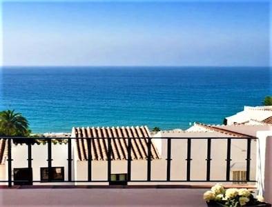 Excepcional vista al mar! Se puede oír el murmullo de las olas desde la terraza ...