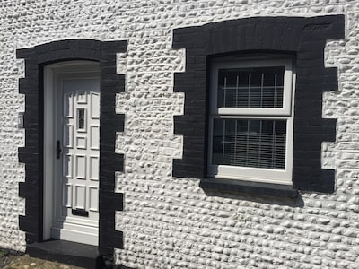 2 Bedroom Fisherman's Cottage with cinema room and parking