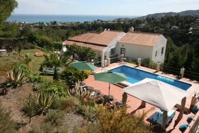 Villa avec piscine, jardin, plusieurs terraces  et vue sur la campagne et le mer