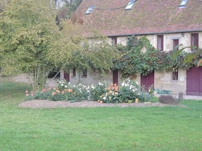 Une agréable longère en bordure de parc d'un château en Berry.