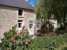 beautiful stonework with gravel area for bbq and outside eating- private/sunny